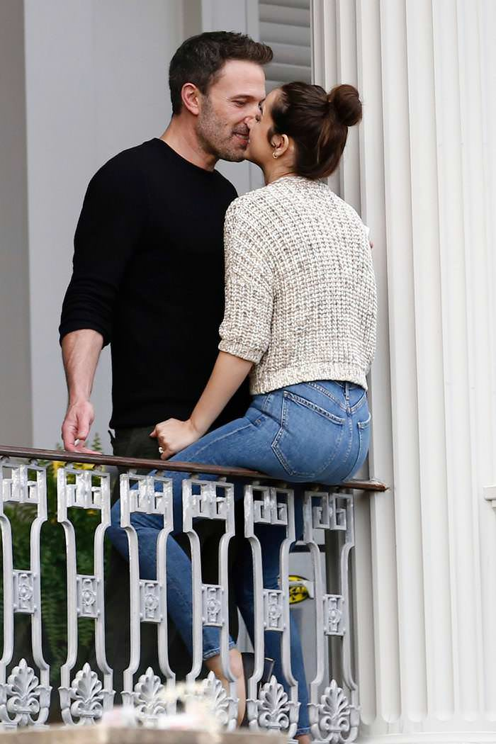 Ana de Armas Shows Her Sparkling Engagement Ring While Intensely Kiss Ben Affleck