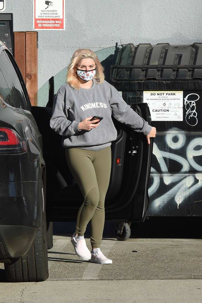 Ariel Winter Shows Off her New Pink Highlights as She and Luke Arrive at a Studio in LA