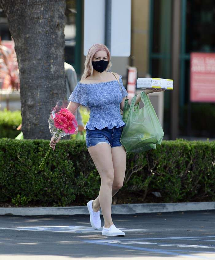 Ariel Winter Shows Off her New Pinkish Hair While Carrying a Cake and Flowers