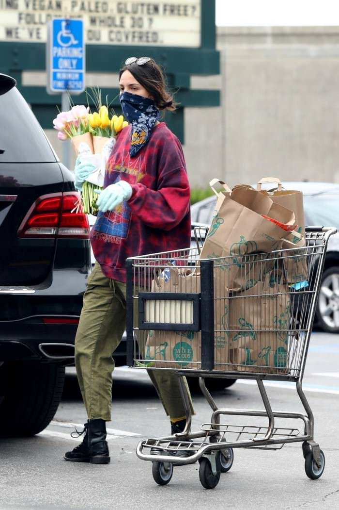 Eiza Gonzalez Wearing a Bandana While Shopping at Grocery Store