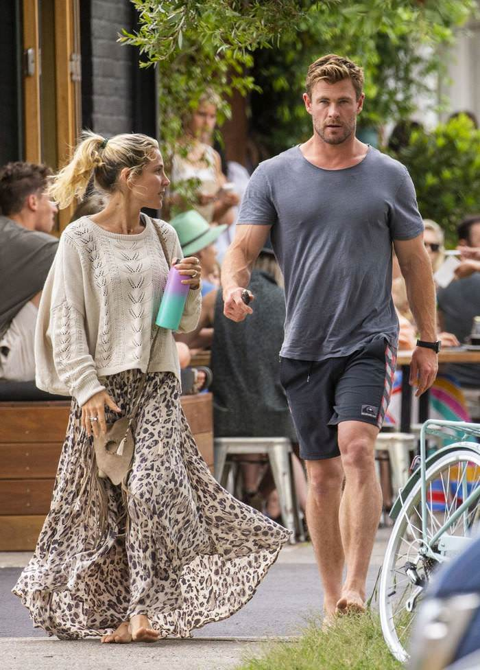 Elsa Pataky and Chris Hemsworth Go Barefoot at Breakfast in Bayleaf Cafe
