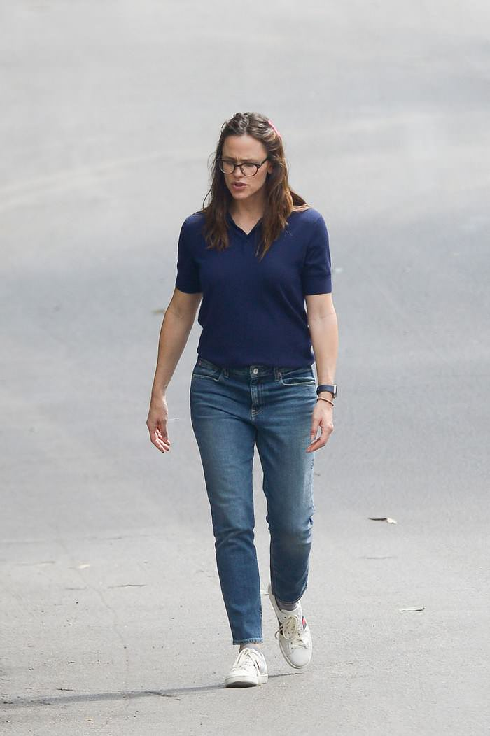 Jennifer Garner Goes For a Walk in LA With Daughter