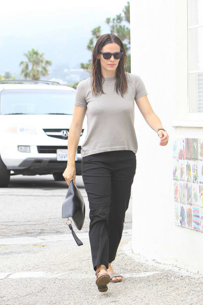 Jennifer Garner Keeps it Casual as She Goes to the Church in LA