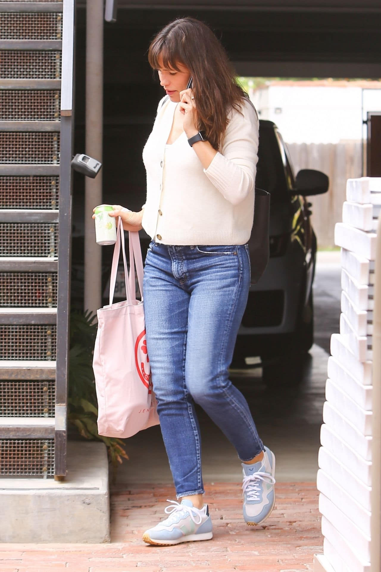 Jennifer Garner Kept it Casual in a Beige Cardigan and Jeans