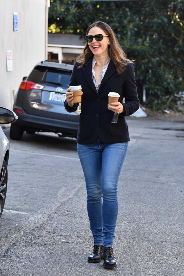 Jennifer Garner Out Picking Up a Coffee While Running Errands in Brentwood