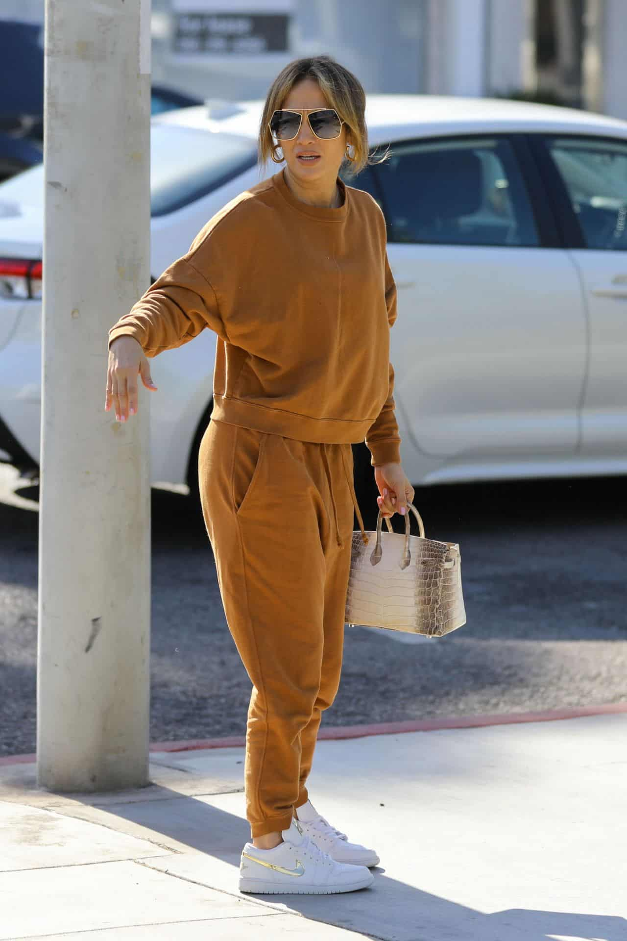 Jennifer Lopez in Comfy Outfit in Shopping for Furniture and Rugs with Daughter Emme