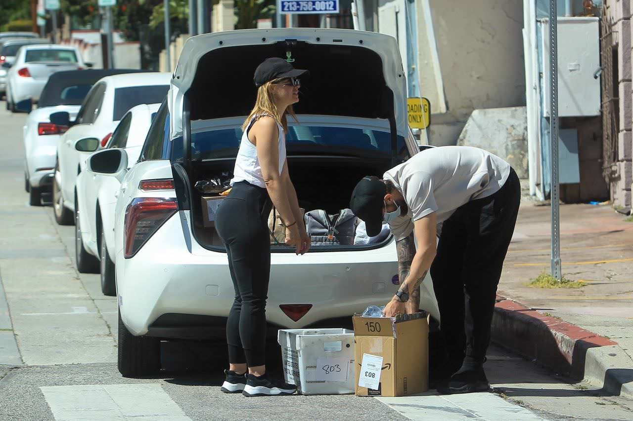 Mena Suvari Loads Up Some Boxes at the UPS Store in West Hollywood