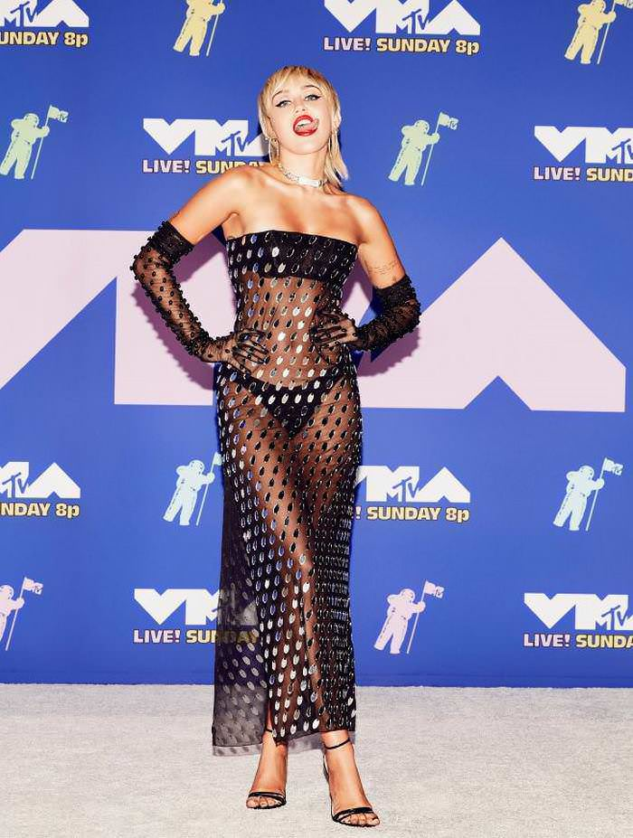 Miley Cyrus is Back and Flashed Her Tongue While on the Red Carpet