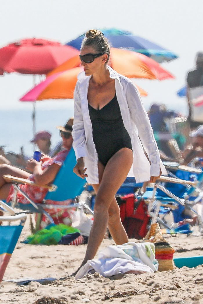 Sarah Jessica Parker Highlights her Age-defying Figure in Swimsuit