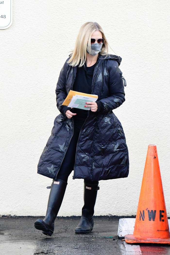 Sarah Michelle Gellar Out to Pick Up her Mail in Brentwood